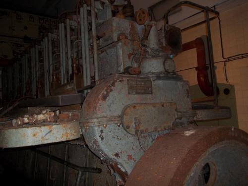 Agregat koji čine osmocilindrični dizel-motor »Aran« iz 1952. br. 2 i istosmjerni generator »Cantieri riuniti dell'Adriatico, officine elettromeccaniche Monfalcone« tip DE 31.5, br. 136125 iz 1956. s pripadajućim instalacijama elektromreže u »Brodogradilištu Kraljevica« u Kraljevici